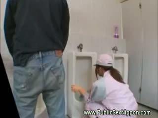 Público mamada en la mens lavabo