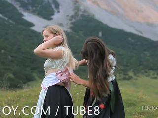 Karstās babes playful un kails outdoors