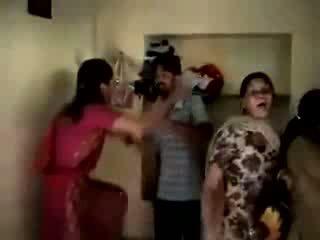 Vrouw betrapt echtgenoot met meesteres in thuis video-