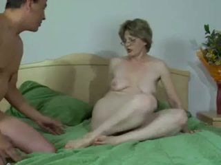 热 俄 成熟 gets 她的 肛门 stretched 和 creampied