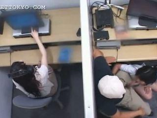 Підліток азіатська німфа jumping і смокче хуй на робота