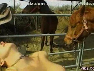 السيليكون الثدي غير مطيع مثليه sluts عمل خارج في ال ranch