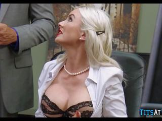 Gek blondine cougar in de kantoor, gratis porno 68