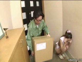 Słodkie japońskie nastolatka wymuszony w robienie loda