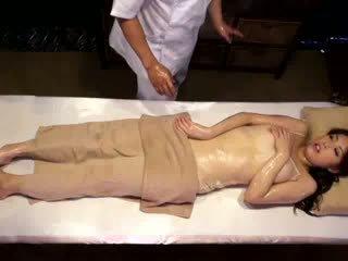Università ragazza reluctant orgasmo da masseur