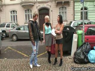 Starší prostitutka pleases teenaged knoflíček