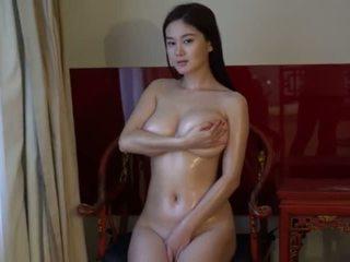 brunett, ung, stora bröst