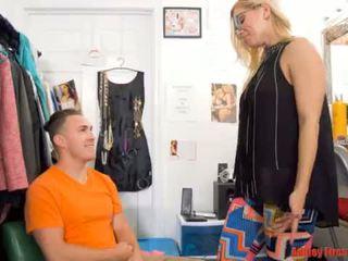 Anne works en bir temizlik değiştirme odası (modern transseksüel aile)