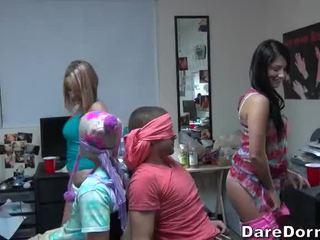 Kolegj vajzat symbyllurazi the guys dhe gave ata lap dance