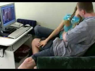 Момиче до врата gets spreads отворен на вкъщи видео видео