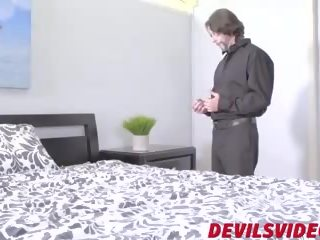 Ervaren rijpere guy bips fucks harig babe in bed: porno a7