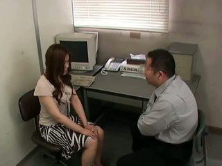 si rambut cokelat, kurus, kantor