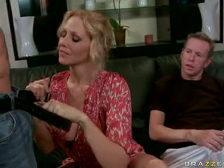 Julia ann blondýna milfka hrať a engulf the ťažký dongs