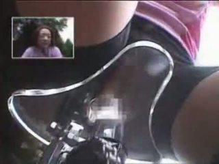 Japán lány masturbated míg lovaglás egy specially modified szex bike!