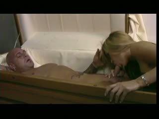 Geil teef bangs een man in een doodskist, gratis porno c5