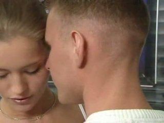 Seksi jerman penis di belahan dada remaja di kantor seks tindakan