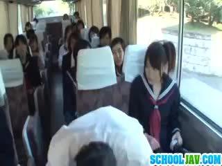 Ýaşlar on a jemagat öňünde awtobus puts her ýüz in a awtobus rider lap