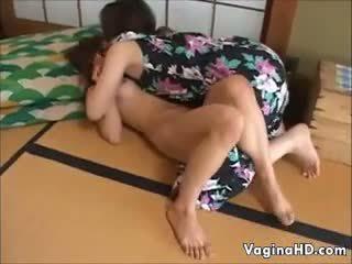 Søt asiatisk jente orgasms til den første tid