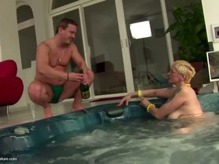 Brutto matura sgualdrina mamma drinks pee e gets anale: gratis porno 11