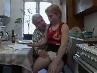 Sb3 她 knows 什么 到 期待 什么时候 爷爷 gives 她的 一