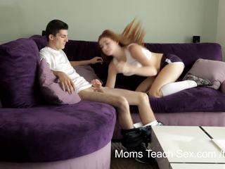 Moeders onderwijzen seks - geil mam teaches stepdaughter hoe naar neuken