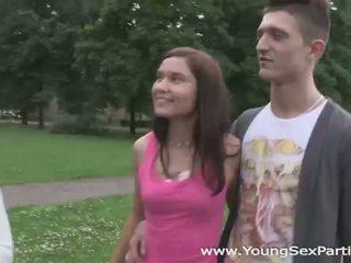 युवा सेक्स parties: स्विंगर किशोर की उम्र having एक घर फक्किंग पार्टी