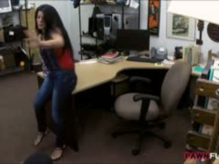 Pechugona cubana chavala sells su tv y follada en la cuarto trasero