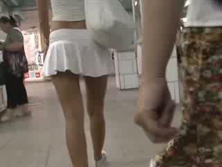 Gaišmatis uz seksuālā outfit waving pakaļa zem svārkiem