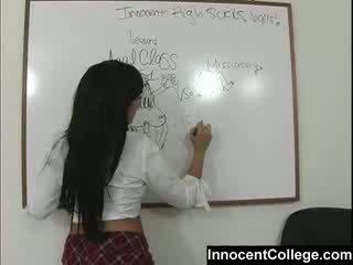 Sexy lezbo skole jenter undervise hver andre en lesson