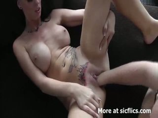 Príťažlivé bruneta fist fucked v ju loose tattooed cun