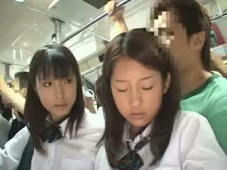 Two schoolgirls apalpada em um autocarro