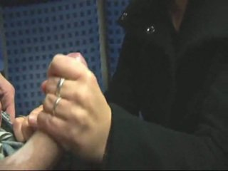Недосвідчена білявка мастурбує & трахання в потяг