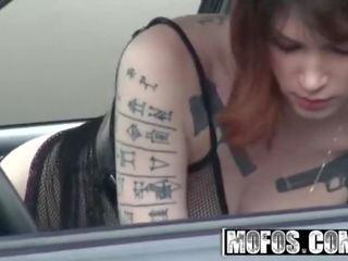 Mofos - alt في سن المراهقة indigo august isnt ل عاهرة لكن هي بالتأكيد علبة اللعنة