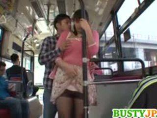 Hana haruna krūtinga sucks shlong į autobusas