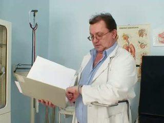 Harig poesje grootmoeder visits pervy vrouw dokter