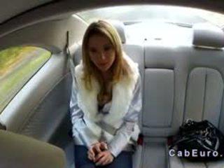 Ceh blonda bangs pe hood de taxi