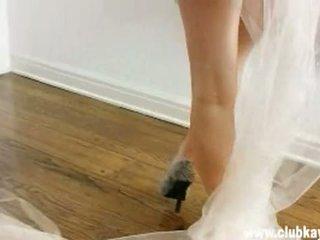 Sexy rondborstig bruid kayden kross gets zo heet naar handvat naakt in voorzijde van een spiegel