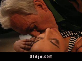Anziano uomo e youthful in un shag lesson