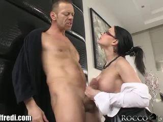 শ্যামাঙ্গিনী, সন্ধান দিতে, বিগ boobs