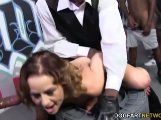 Mae meyers gets gangbanged par viņai birthday: bezmaksas hd porno 3b
