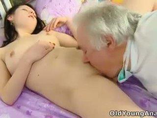 Alena er laying i seng ser sexy i henne yellow topp thinking om sex på en dag som i dag