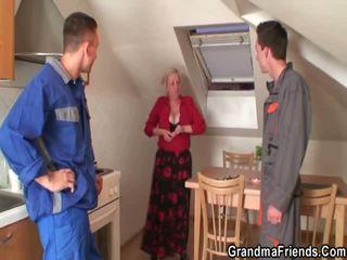 Two repairmen bang barmfager bestemor fra både ends