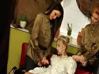 Bruid naar zijn gets drenched door haar lezzy friends strap op