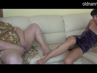 Bbw oma en jong meisje masturberen samen video-