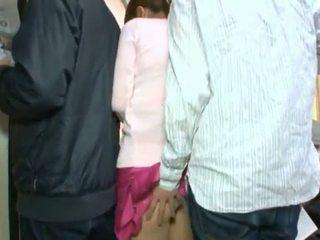 Schattig koreaans teenager having haar bruin oog en coochie touched in crowded bus