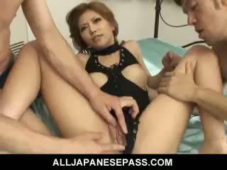 Precioso japonesa chica akane hotaru takes two cocks en la