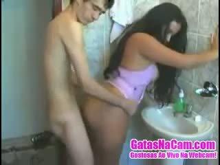 Magrelo chega fodendo a morena ei banheiro
