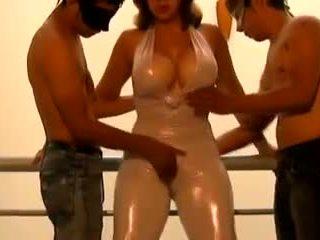 Two jauns guys seduced līdz mammīte uz kombinezons: bezmaksas porno 02