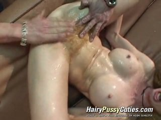 Lanuginous scarlet глава has a dose з exploitation з її squirting неголений bearded clam по a tattooed людина