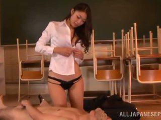 Reiko kobayaka marcas fuera nearby su hombre y licks su meat palo